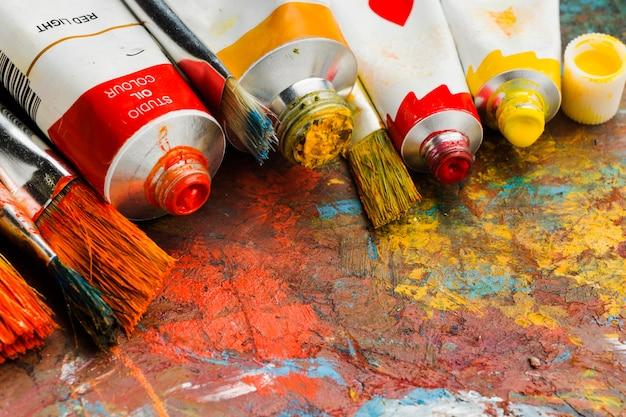 Wysoki widok kolorowych farb i malarstwa abstrakcyjnego