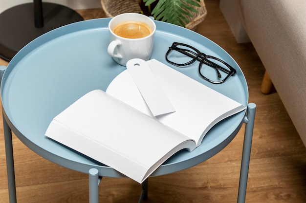 Wysoki widok książki przestrzeni kopii i filiżankę kawy