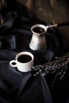Wysoki widok kwiatów lawendy z poranną kawą
