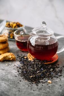 Wysoki widok leśnej herbaty owocowej w filiżankach