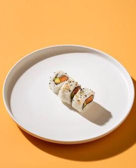 Wysoki widok maksi sushi na talerzu