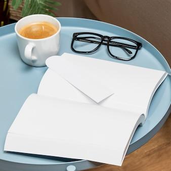 Wysoki widok miejsca na kopię książki na stole i okulary do czytania