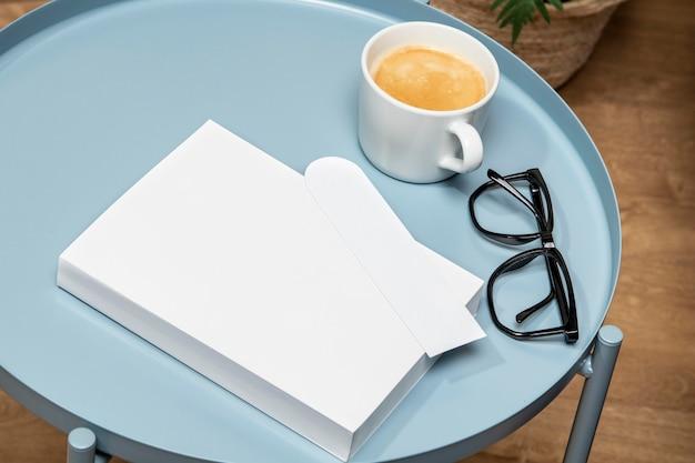 Wysoki widok miejsca na kopię książki na stole