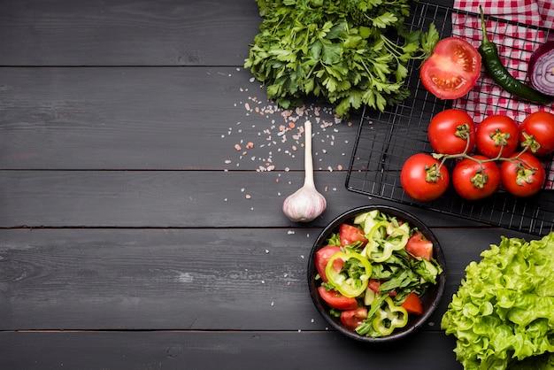 Wysoki widok miska sałatki i czosnku