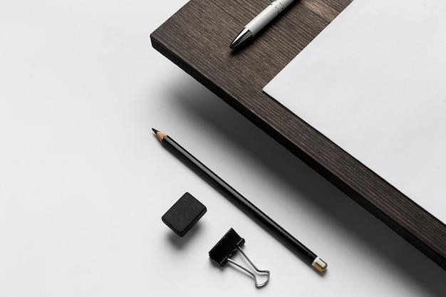Wysoki widok na długopis i metalowe spinacze do papieru