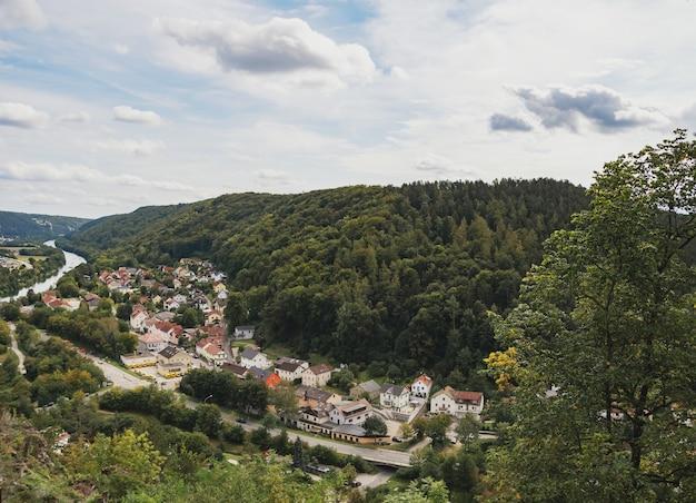 Wysoki widok na miasto kipfenberg w bawarii