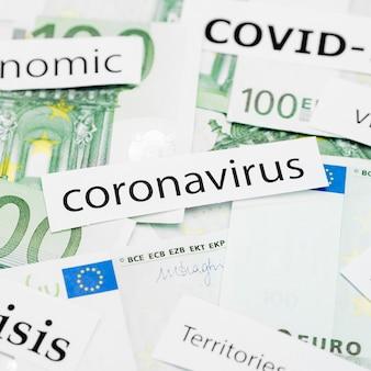 Wysoki widok nagłówka koronawirusa na banknotach