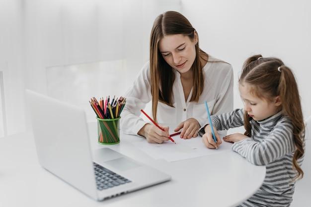 Wysoki widok nauczyciela i ucznia