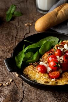 Wysoki widok omlet z pomidorkami cherry