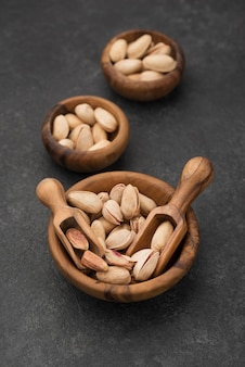 Wysoki widok orzechów pistacjowych w miseczkach