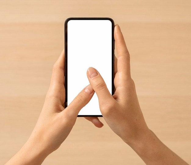 Wysoki widok osoby posiadającej miejsce na kopię smartphone