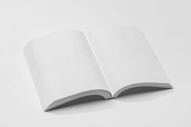 Wysoki widok otwarta pusta książka