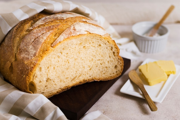 Wysoki widok owinięty chleb i masło