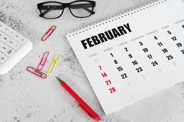 Wysoki widok papeterii kalendarz na luty i spinacze do papieru