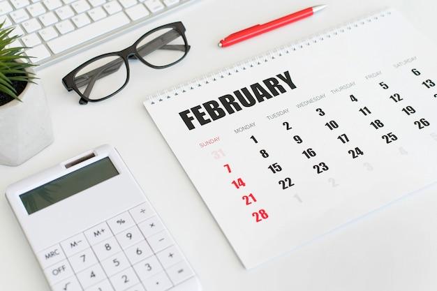 Wysoki widok papeterii luty miesiąc kalendarzowy
