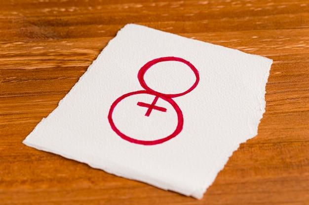 Wysoki widok papieru z numerem osiem i symbol kobiety