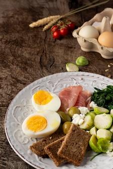 Wysoki widok połówki jaj i warzyw