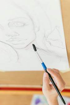 Wysoki widok portret kobiety i pędzlem