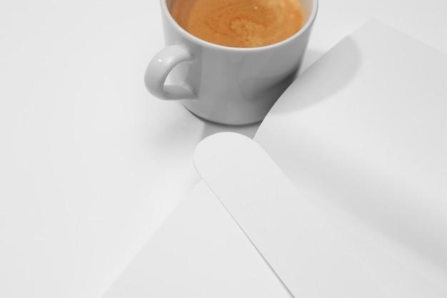 Wysoki widok pyszną filiżankę kawy i książki