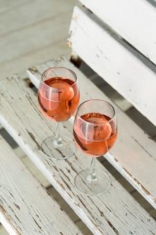 Wysoki widok pyszne szklanki wina różanego