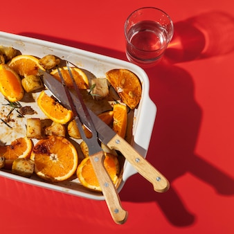 Wysoki widok resztek pieczonych ziemniaków z cytryną