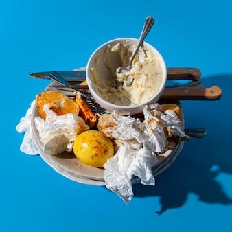 Wysoki widok resztek żywności i zużytych serwetek