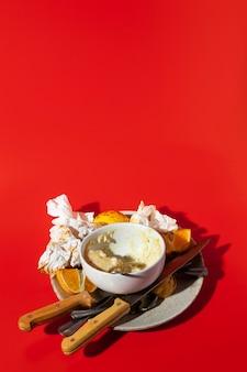Wysoki widok resztek żywności z sosem