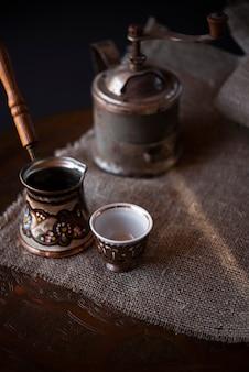 Wysoki widok rocznika turecki czajnik na kawę