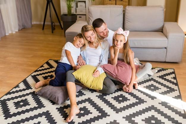 Wysoki widok rodziny spędzającej czas w salonie