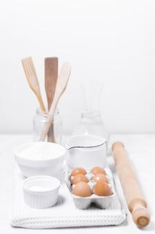 Wysoki widok rozmieszczenia produktów mlecznych na słodki chleb