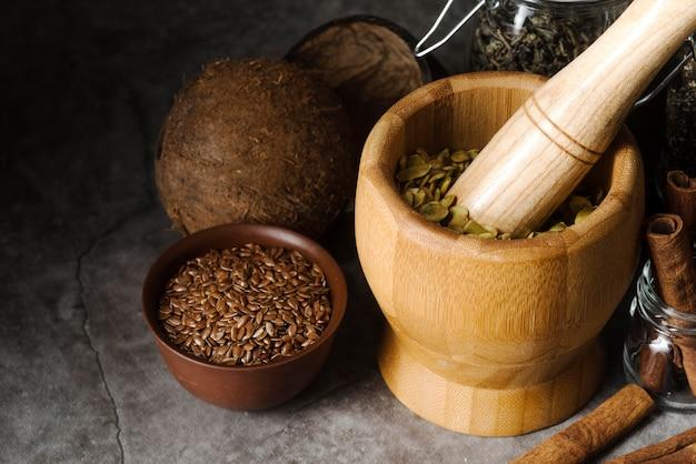 Wysoki widok rustykalne przedmioty kuchenne z nasionami