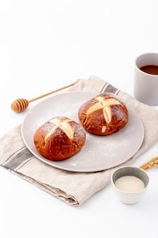 Wysoki widok słodkie bułeczki i filiżankę kawy na tkaninie