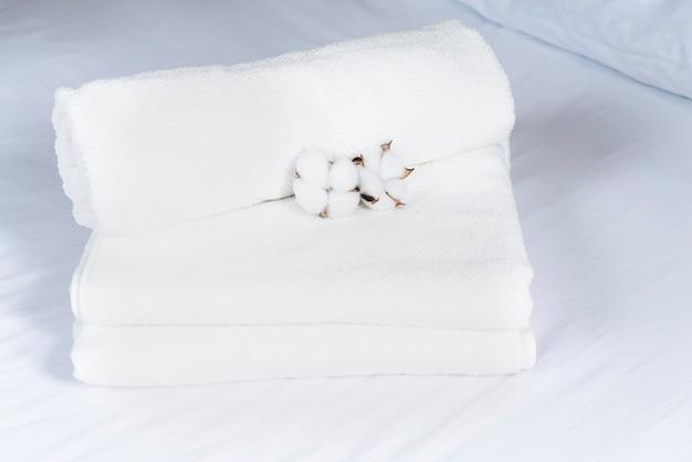 Wysoki widok stos ręczników z bawełną