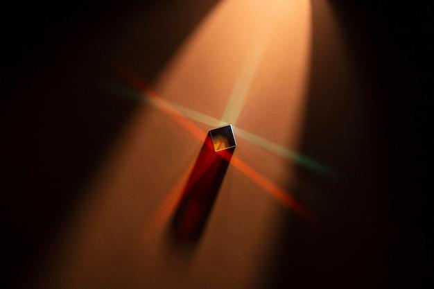 Wysoki widok streszczenie pryzmat czerwony z promieniami