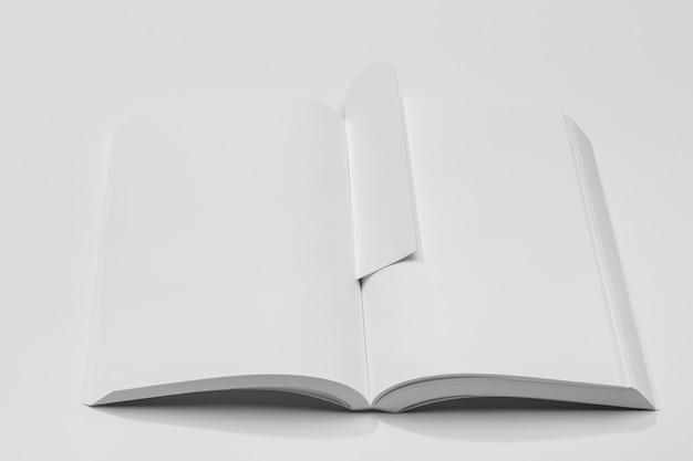 Wysoki widok stron przestrzeni kopii i zakładki