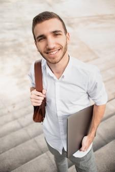 Wysoki widok studencka patrzeje kamera