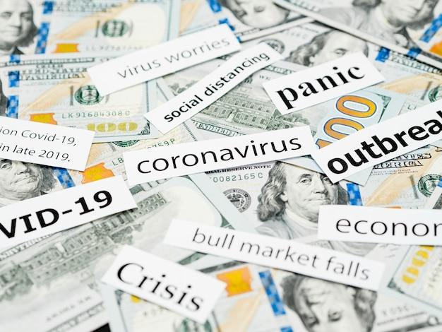 Wysoki widok tytułów głowy koronawirusa i pieniędzy