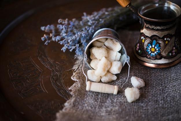 Wysoki widok wiadra wypełnionego kostkami cukru i kawy