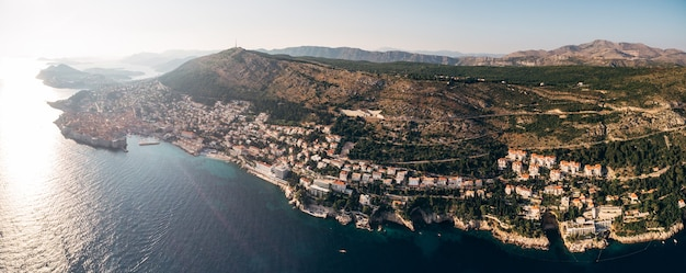 Wysoki widok z lotu ptaka z drona na wybrzeżu dubrownika i starego miasta w chorwacji