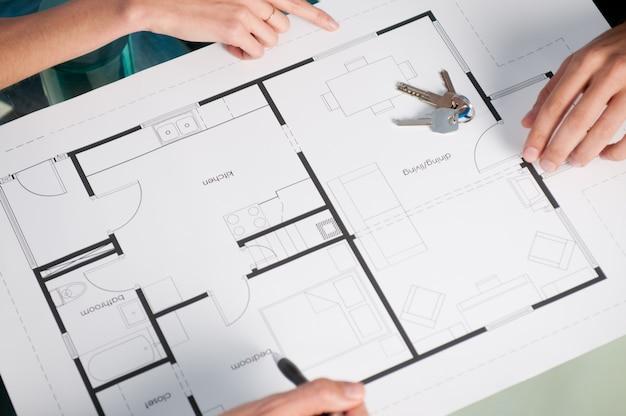 Wysoki widok zbliżenie nowego planu domu i kluczy