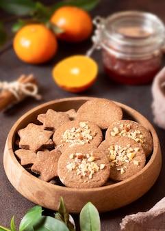 Wysoki widok zimowe ciasteczka deserowe i połówki pomarańczy