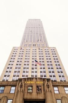 Wysoki wieżowiec empire state building w nowym jorku