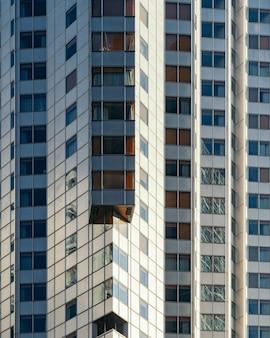 Wysoki wieżowiec metalowy uchwycony w ciągu dnia