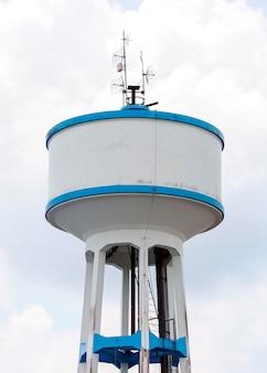 Wysoki zbiornik na wodę