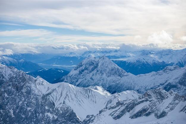 Wysokie alpejskie góry ze śniegiem w niemczech i błękitne piękne niebo