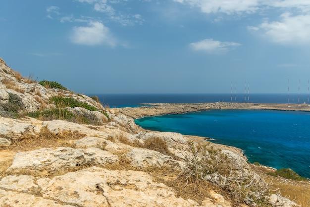 Wysokie anteny na terytorium brytyjskiej bazy wojskowej na wybrzeżu morza śródziemnego.