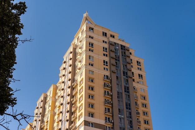 Wysokie bloki mieszkalne w mieście odessa