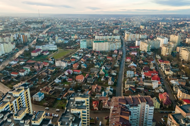 Wysokie budynki mieszkalne i ulice z ruchem ulicznym w dzielnicy mieszkalnej miasta.