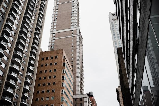 Wysokie budynki o niskim kącie