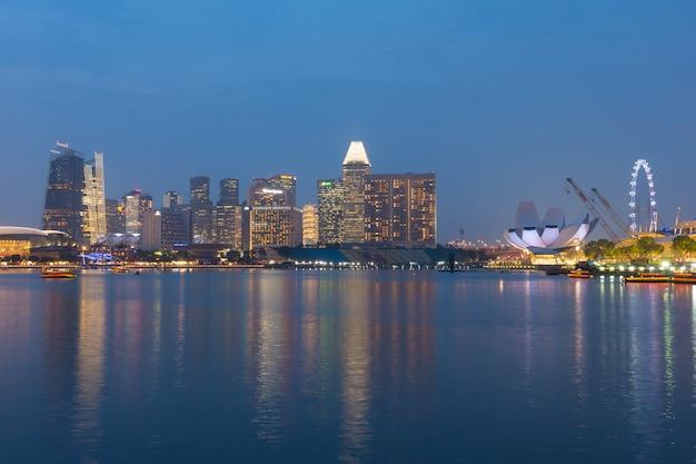 Wysokie budynki singapuru w nocy
